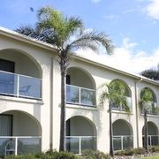 Edgewater Gardens in Batemans Bay NSW Australia has a holiday appartment with a ceiling track hoist and roll-in shower